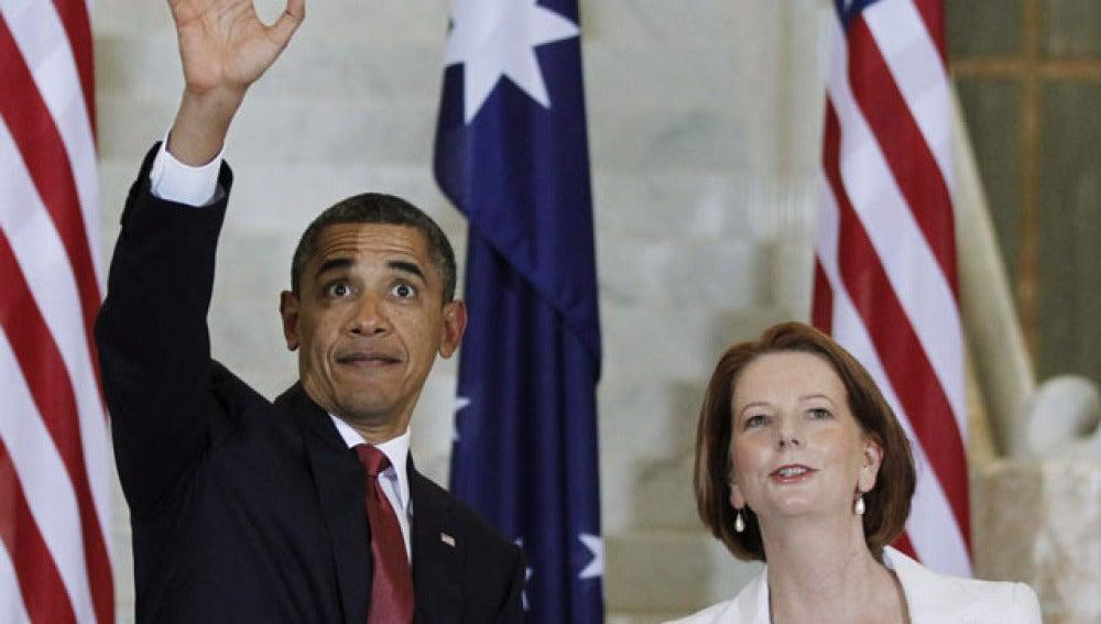 Barack Obama, saluda en presencia de la primera ministra australiana, Julia Gillard