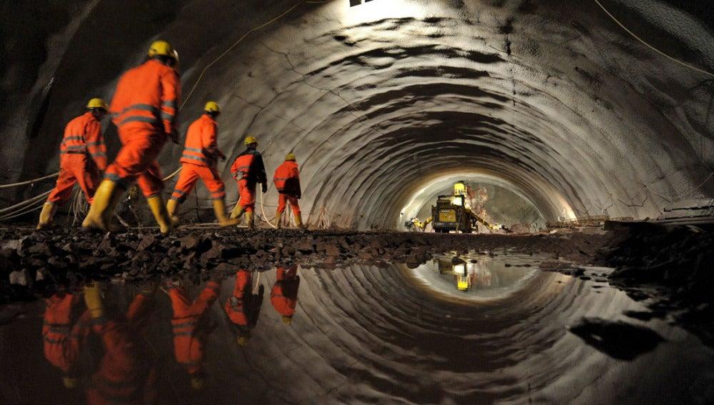 """Un grupo de trabajadores camina por un tramo de las obras del túnel """"Silberberg"""""""