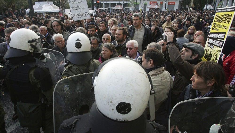 Cientos de personas se encaran con la Policía en Atenas