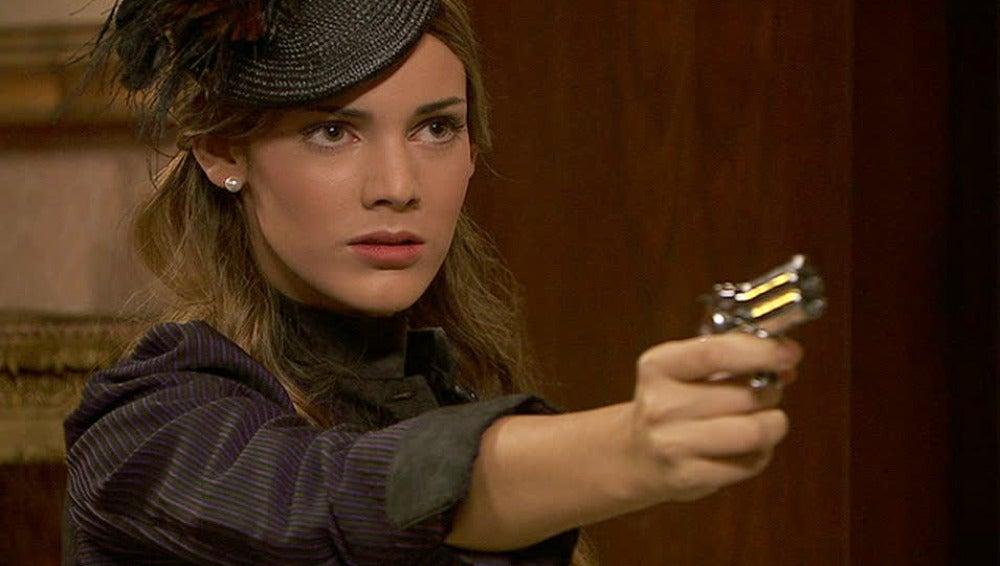 Soledad apunta a Olmo con una pistola