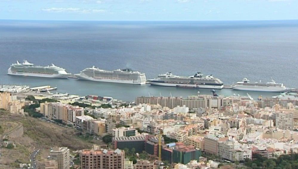 Cuatro cruceros con más de 10.000 turistas abarrotan Canarias