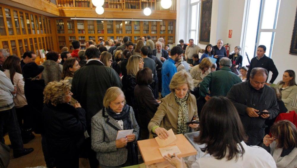 Gente votando en un colegio electoral