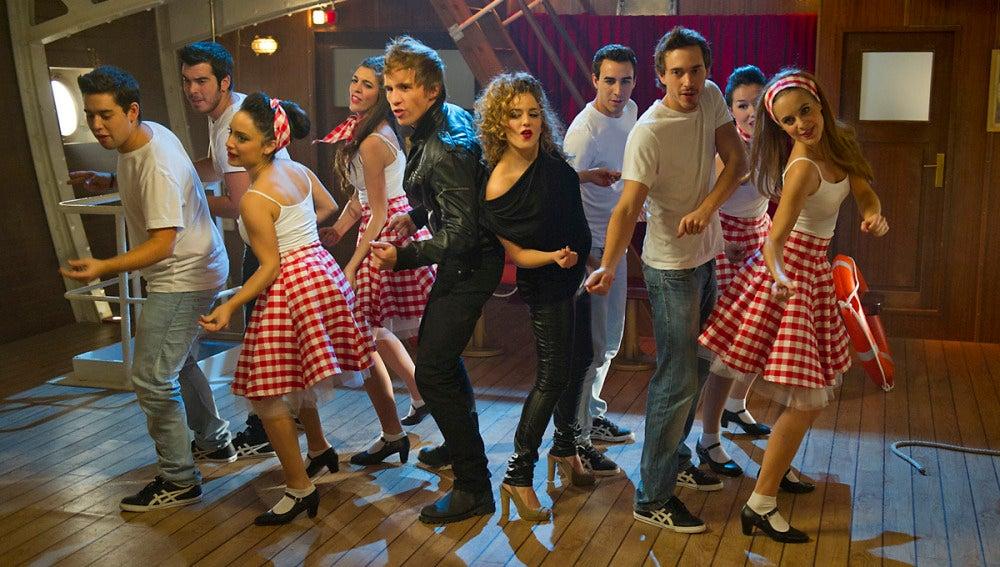 Palomares y Vilma bailan grease