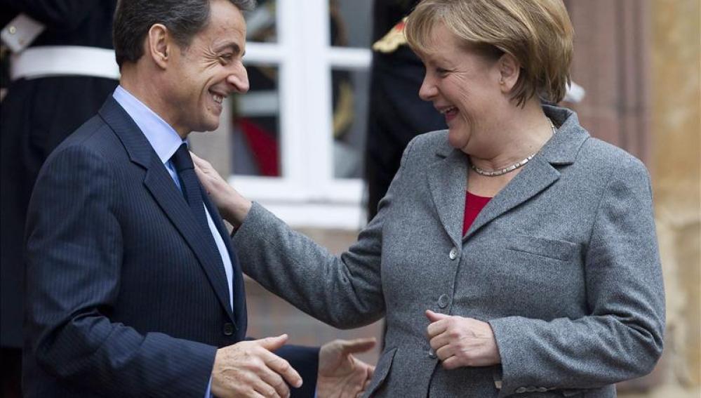 El presidente francés Nicolas Sarkozy despide a la canciller alemana Angela Merkel