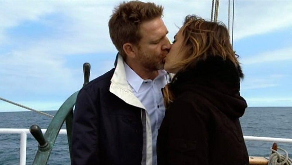 El capitán y Julia se besan