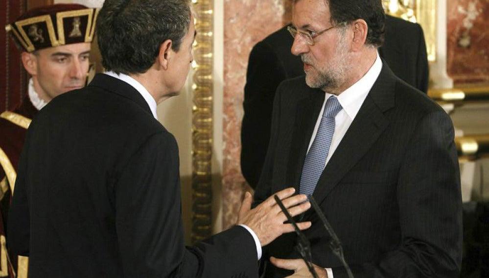 Zapatero y Rajoy conversan en el Día de la Constitución