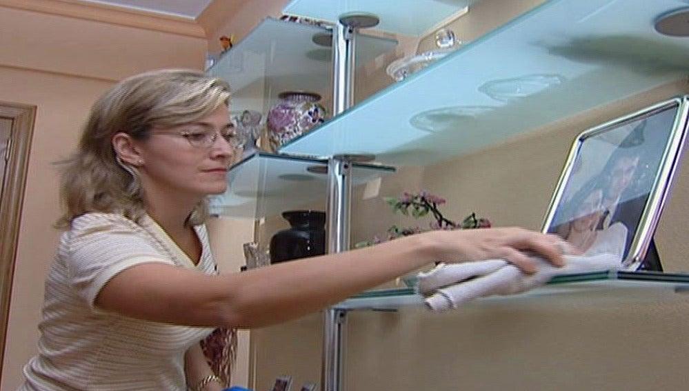 Una mujer trabajando en el hogar