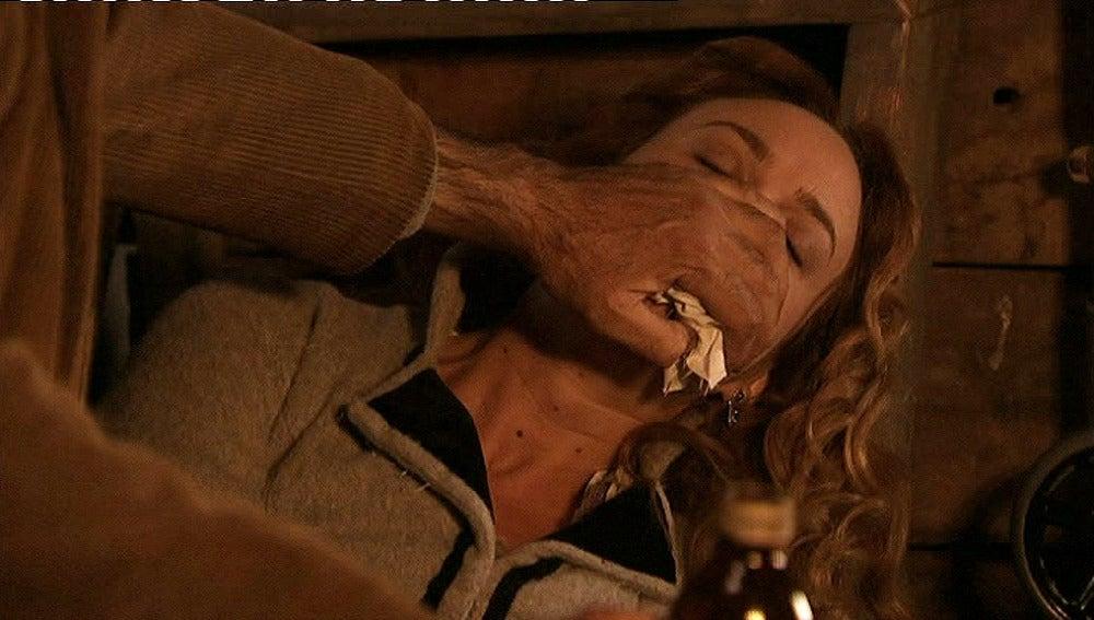 Tobías intenta asesinar a Sara