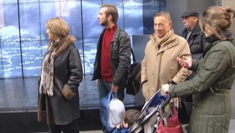 Una familia de turistas pasea por las calles de Nueva York