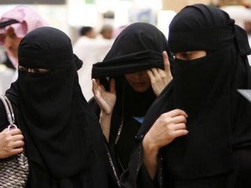 Mujeres saudíes pasean por la calle
