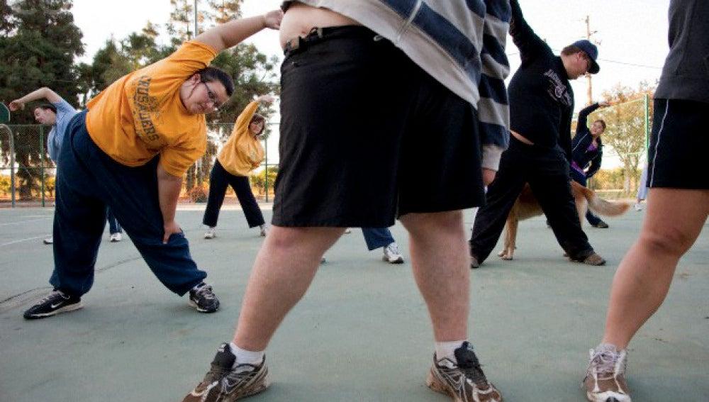 Chicos obesos haciendo ejercicio