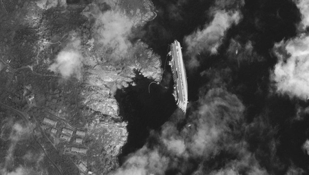 Imagen de satélite del Costa Concordia