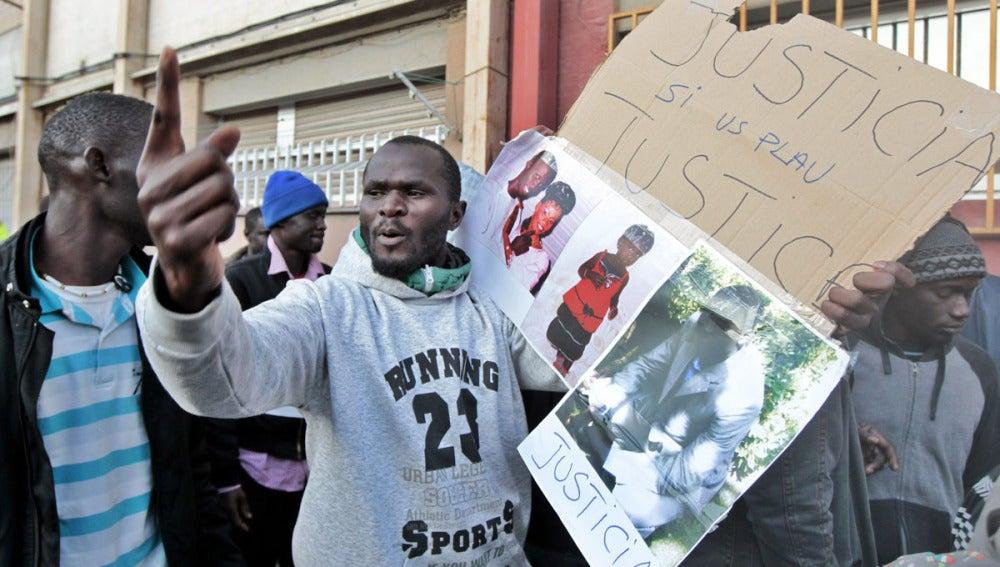 Varios senegaleses protsetan por la muerte de un compatriota