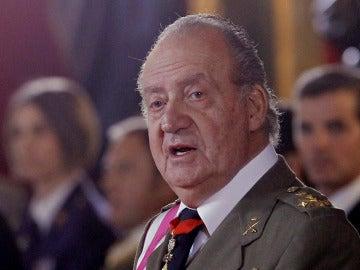Don Juan Carlos en un acto militar