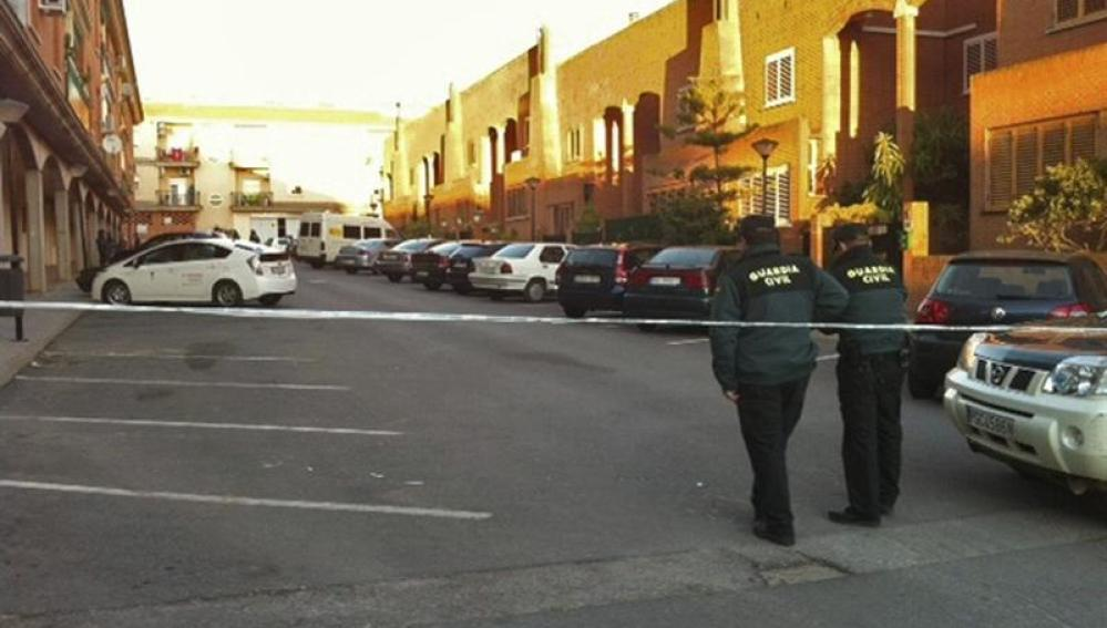 Agentes de la Guardia Civil pasean por la zona del crimen.