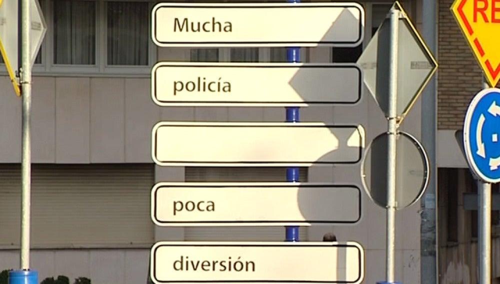 """Cartel """"Mucha policía, poca diversión"""" de Santander"""