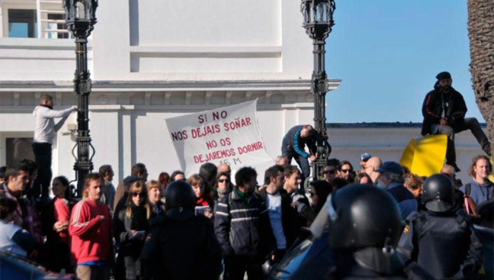La Policía carga contra un grupo de 'indignados' en Cádiz
