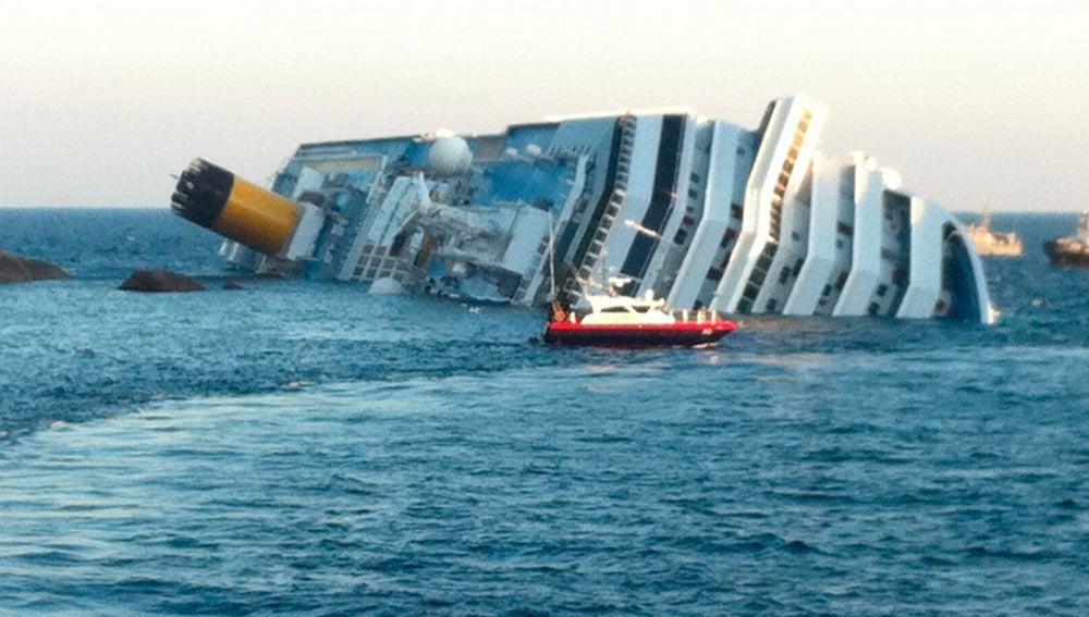 El Costa Concordia hundiéndose en el mar