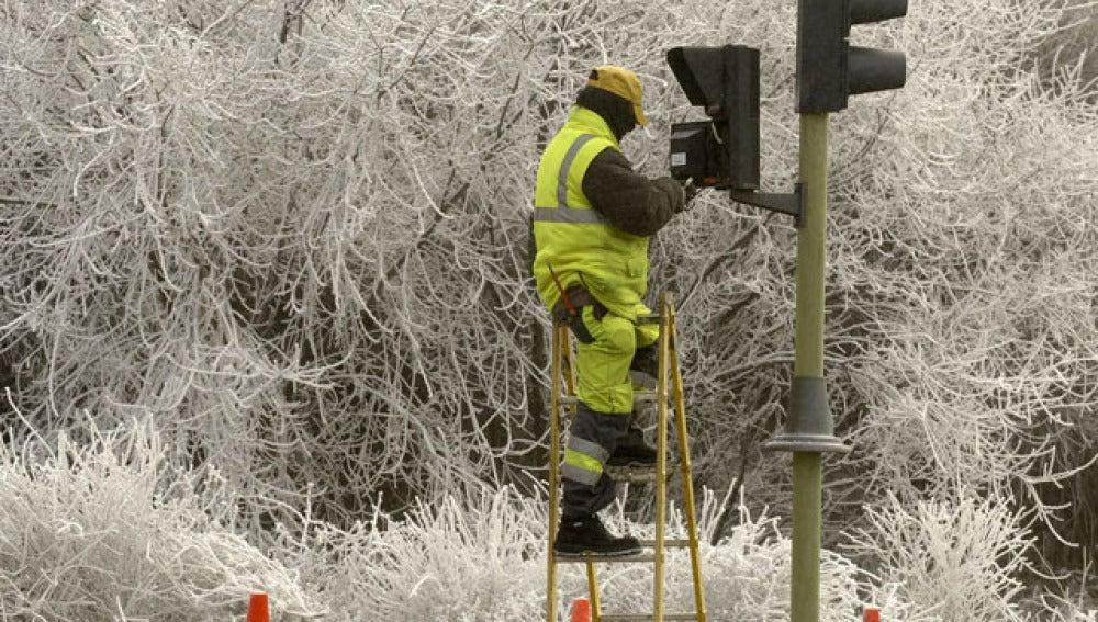 Un operario arregla un semáforo en Valladolid