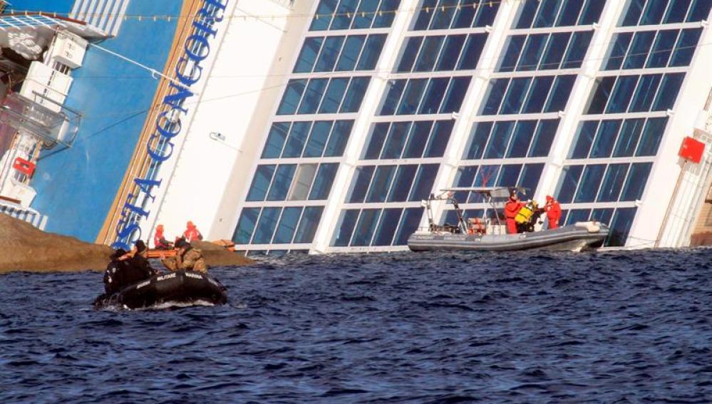 Una lancha de los servicios de rescate italiano rodea el 'Costa Concordia'.