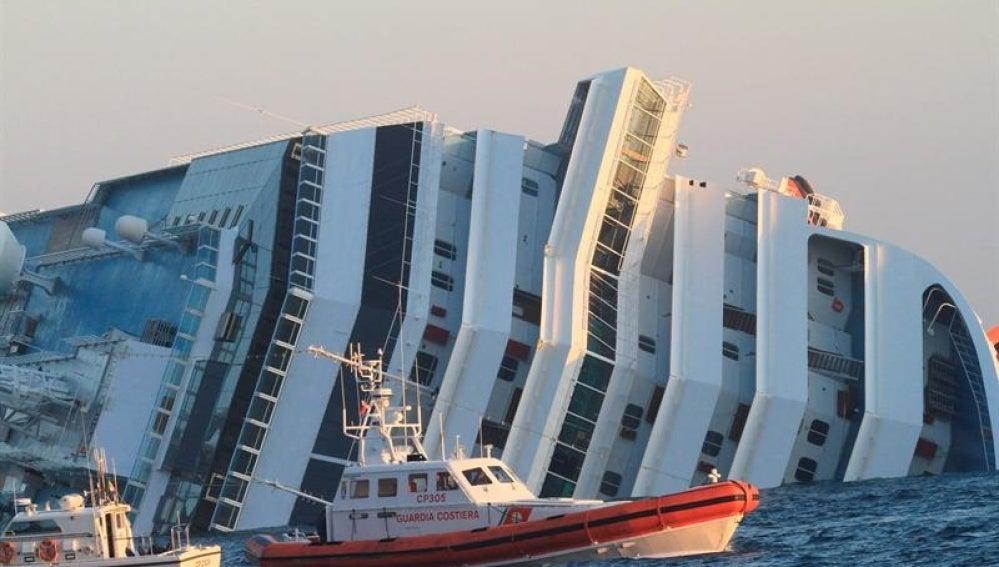 Vista de lanchas de rescate mientras el crucero se hunde