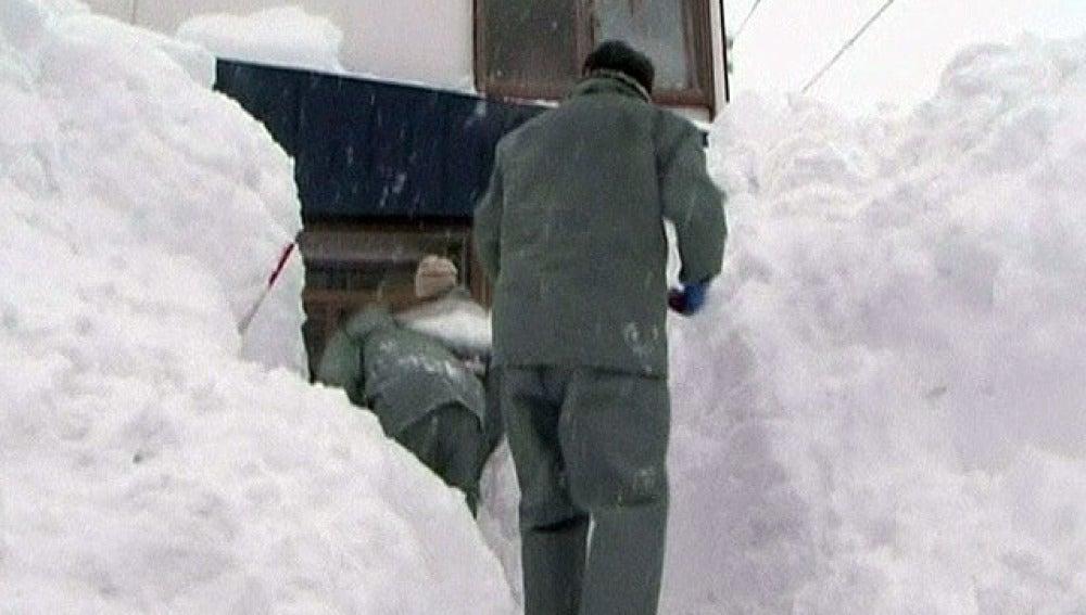 Operarios retiran nieve en Japón