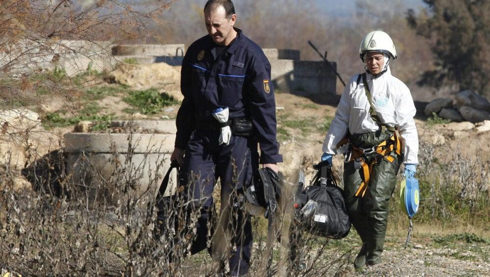 Agentes de la Policía Nacional en la búsqueda de los dos menores de 2 y 6 años desaparecidos en Córdoba