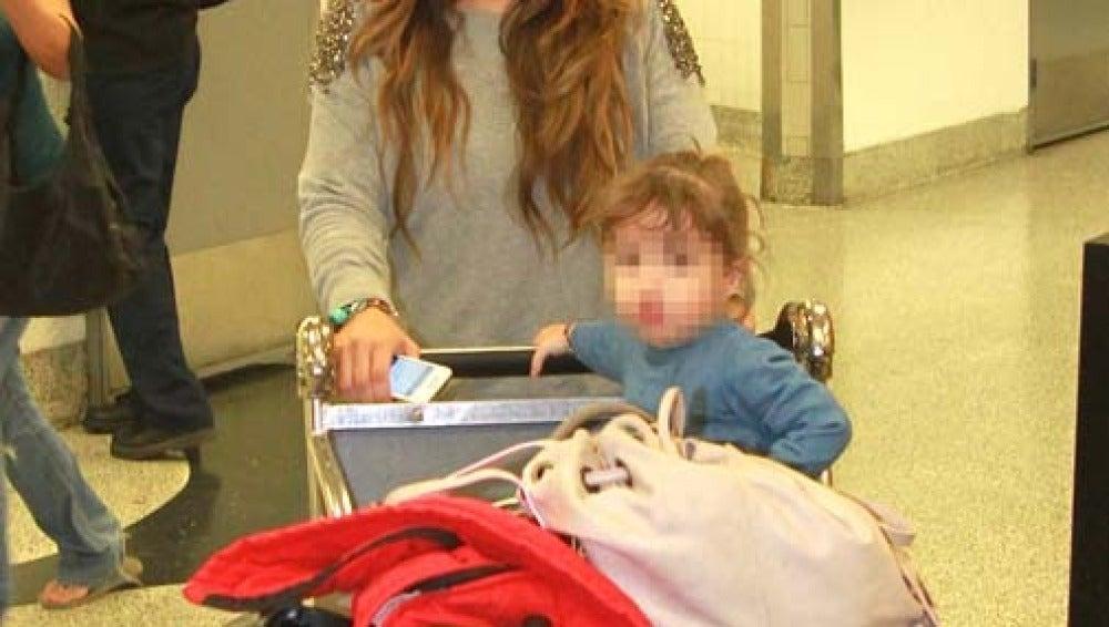 Elena Tablada junto a Ella en el aeropuerto de Miami