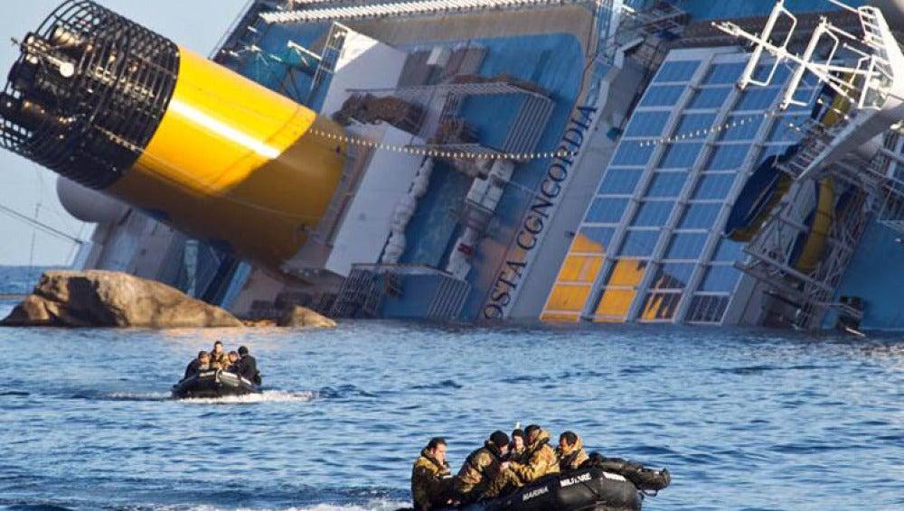 Marines italianos trabajan en el rescate del crucero