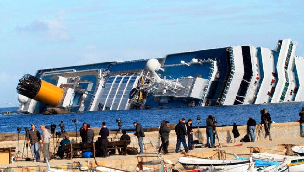 Periodistas captan imágenes del Costa Concordia