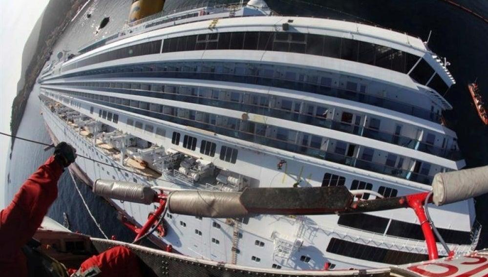 un bombero sube al casco del crucero