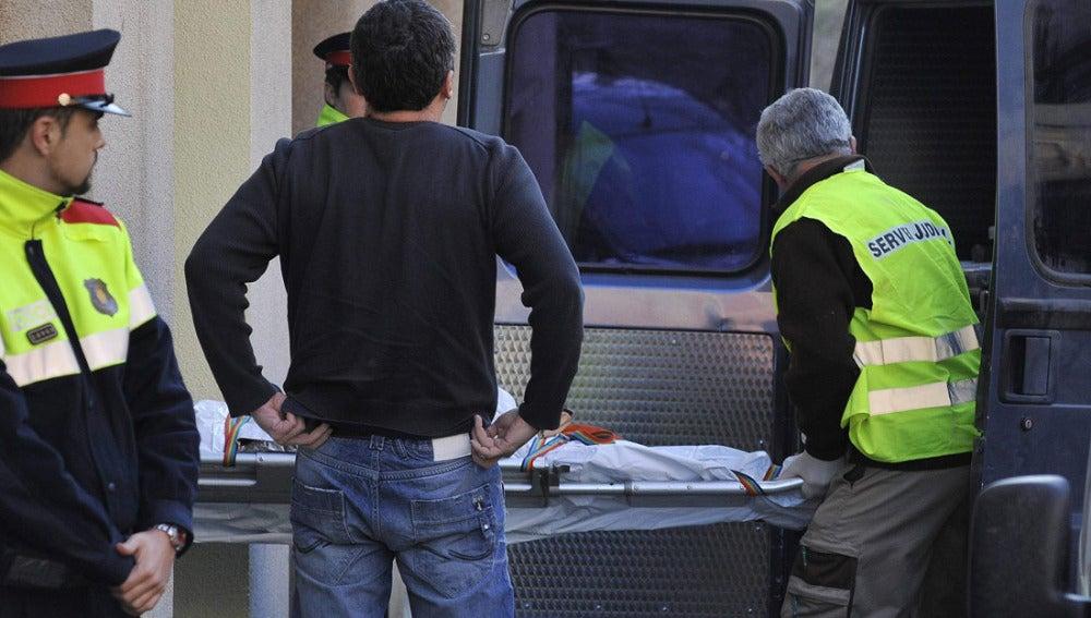 Miembros del servicio judicial retiran el cuerpo de la víctima