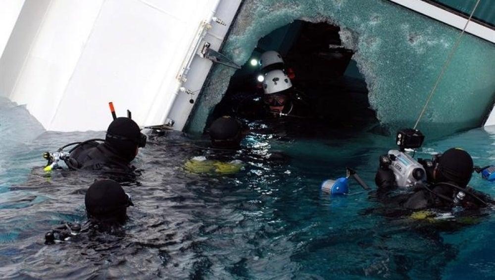 Buzos de la policía entran al barco
