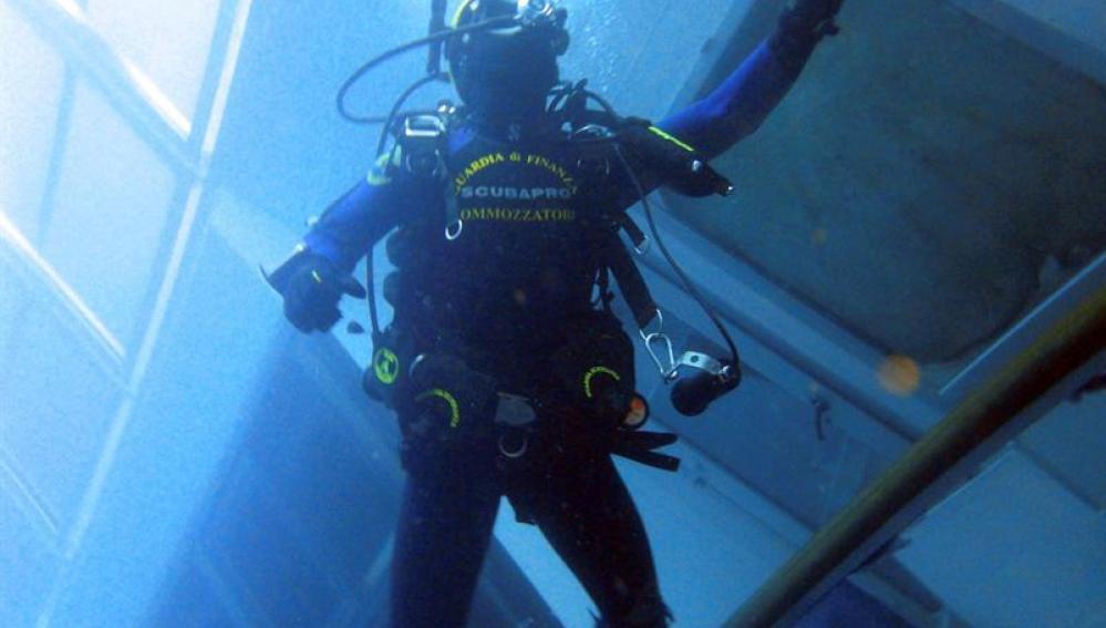 Buzos vigilan la situación del buque Costa Concordia en la isla de Giglio