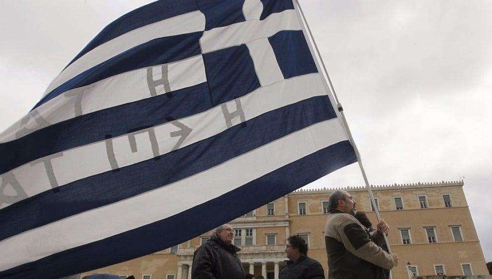 Unos ciudadanos protestan en Atenas