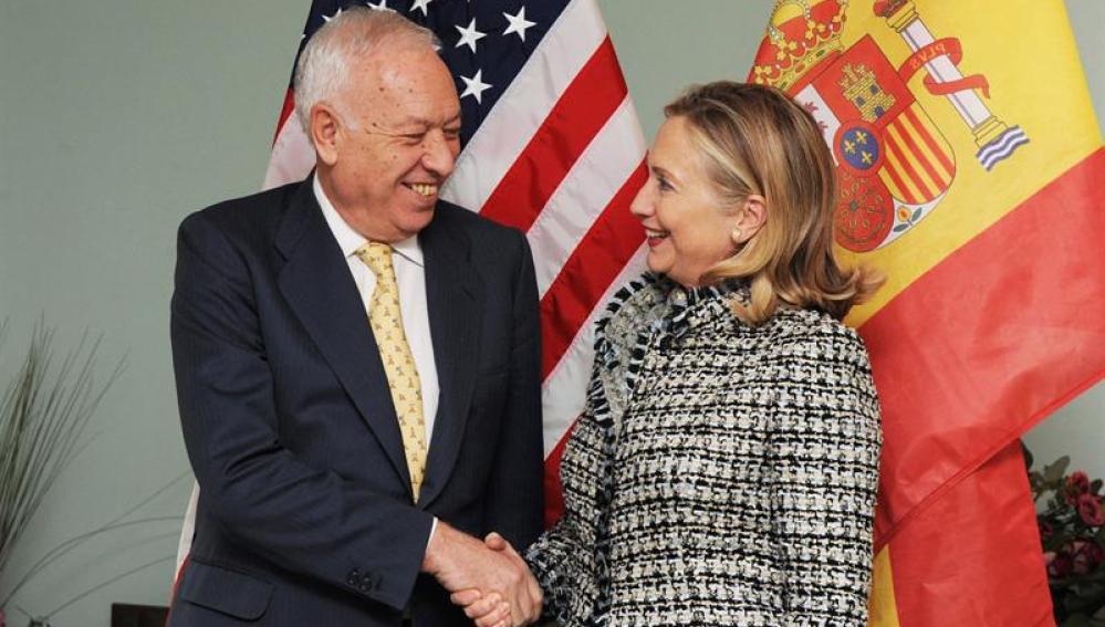 Clinton se compromete ante García-Margallo a limpiar tierra de Palomares