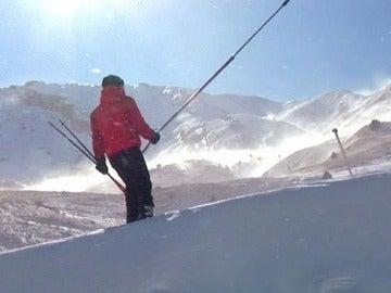 Un esquiador en la estación de Cerler