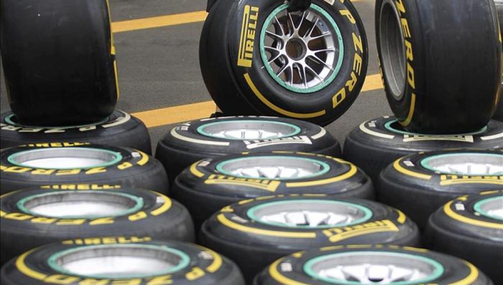 Un mecánico de McLaren junto a los neumáticos de Pirelli