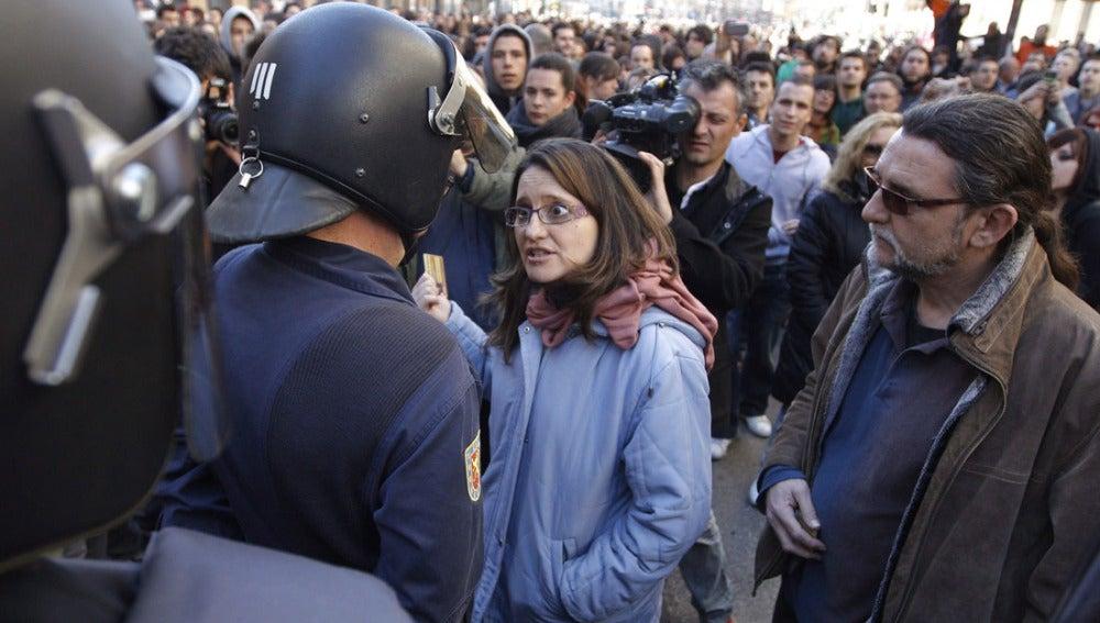 Los diputados de Compromis Mónica Oltra y Juan Ponce conversan con la Policía
