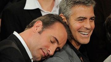 Jan Djujardin se duerme en el hombro de George Clooney
