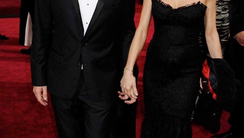Alberto Iglesias con su pareja en la alfombra roja
