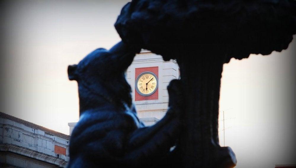 La estatua del oso y el madroño