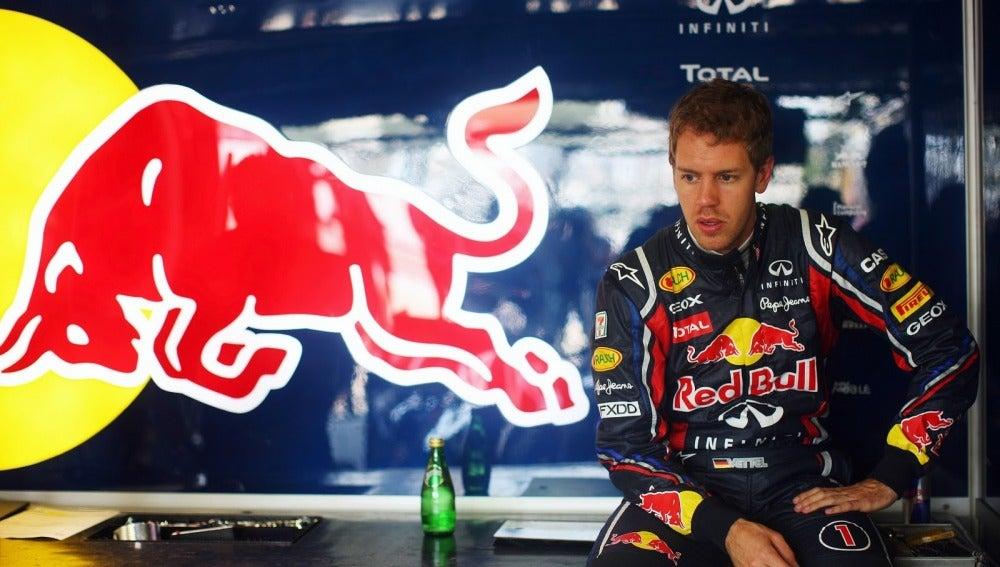Sebastian Vettel en el box de Red Bull