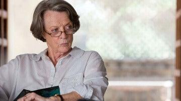 Maggie Smith es Muriel. Ella solo quiere que le arreglen la cadera