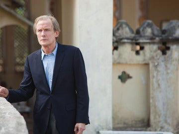 Bill Nighy es Douglas. Se enamora enseguida de la India