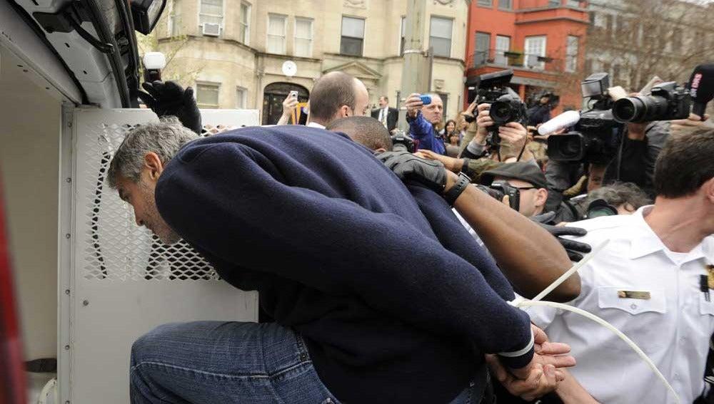 Clooney metiéndose en el camión policial