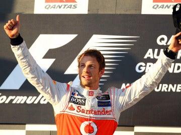Button levanta los brazos tras su victoria en Australia