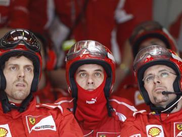 Tres técnicos de Ferrari observan una pantalla durante el Gran Premio de Australia
