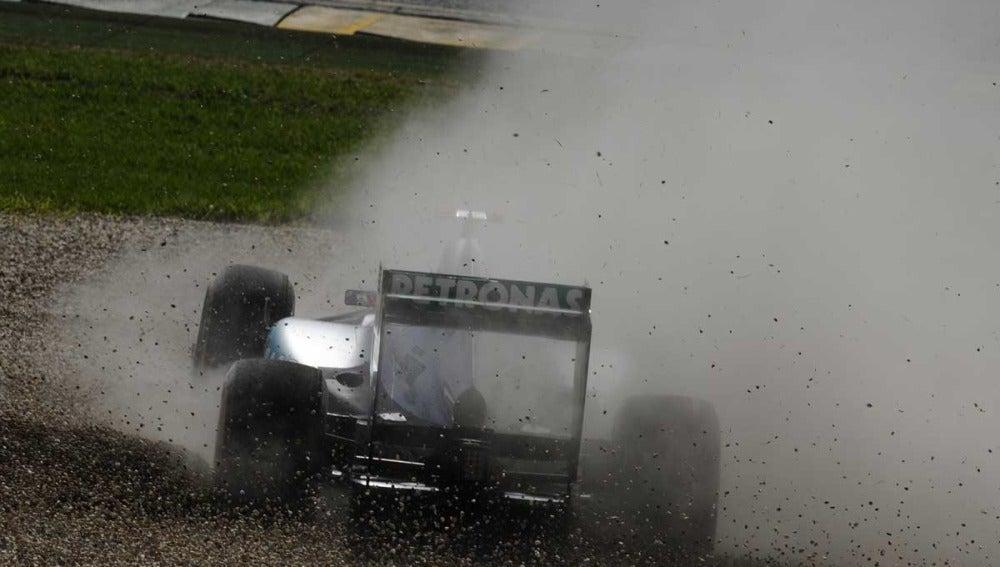 Michale Schumacher se sale de  la pista de Albert Park