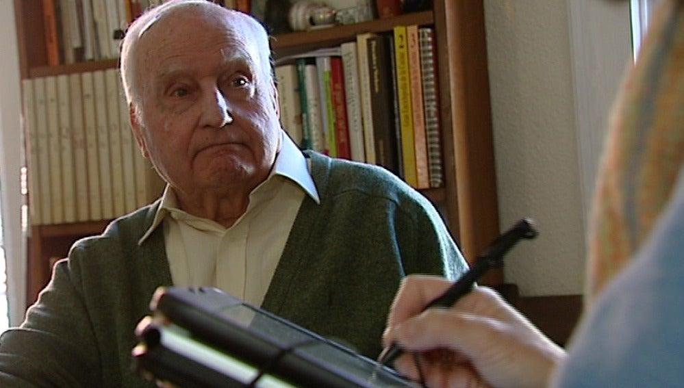 Un hombre ayuda a elaborar el censo